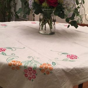 🌸 Vintage hand embroidered linen table cloth